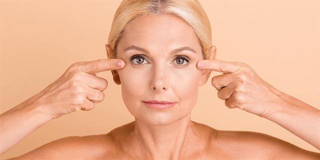 1- l'affaissement de la peau qui forme des rides et des plis qui perturbe la forme normale de la paupière supérieure, entraînant parfois des troubles de la vision.